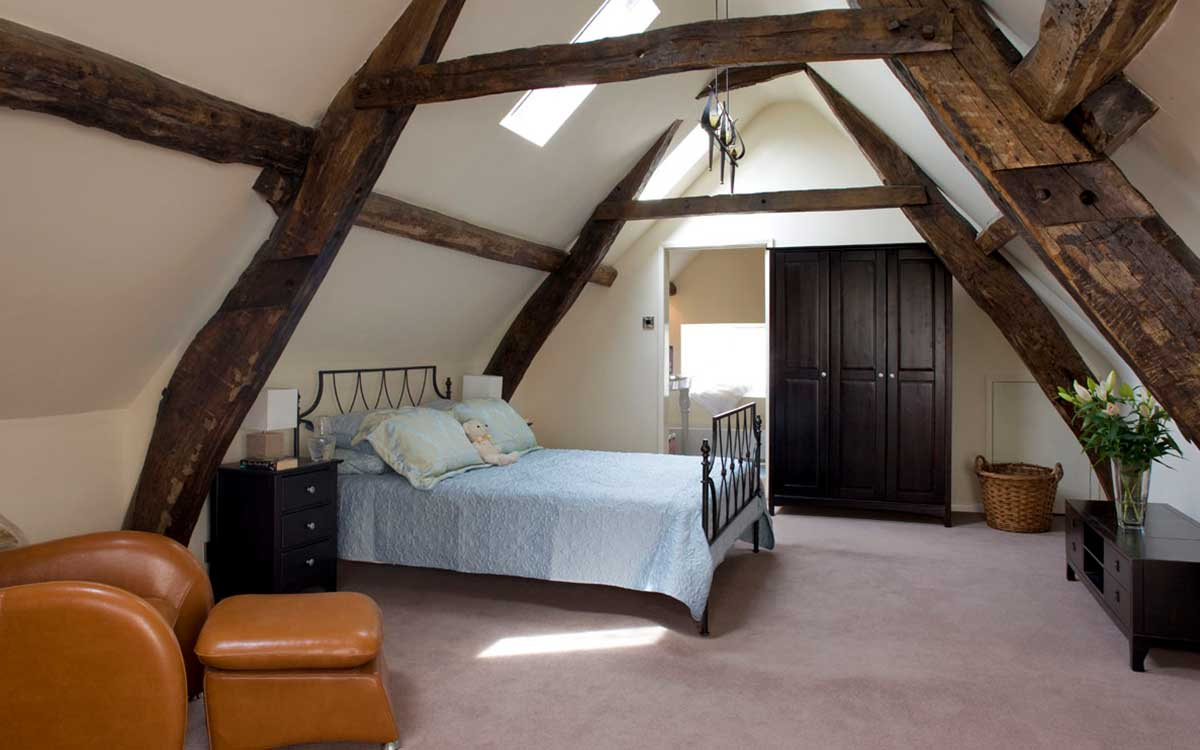 Morton House in Masham loft master suite with king size bed and ensuite bathroom