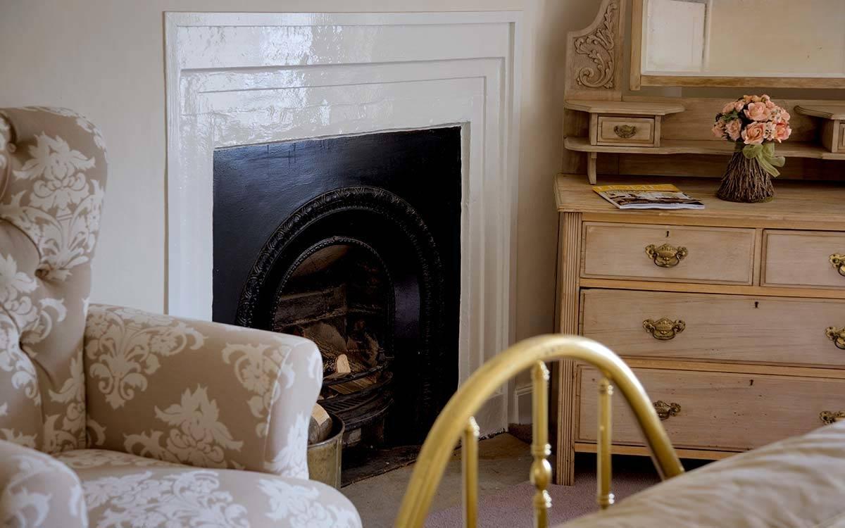 Morton House in Mashasm, Gold super king Bedroom Fireplace