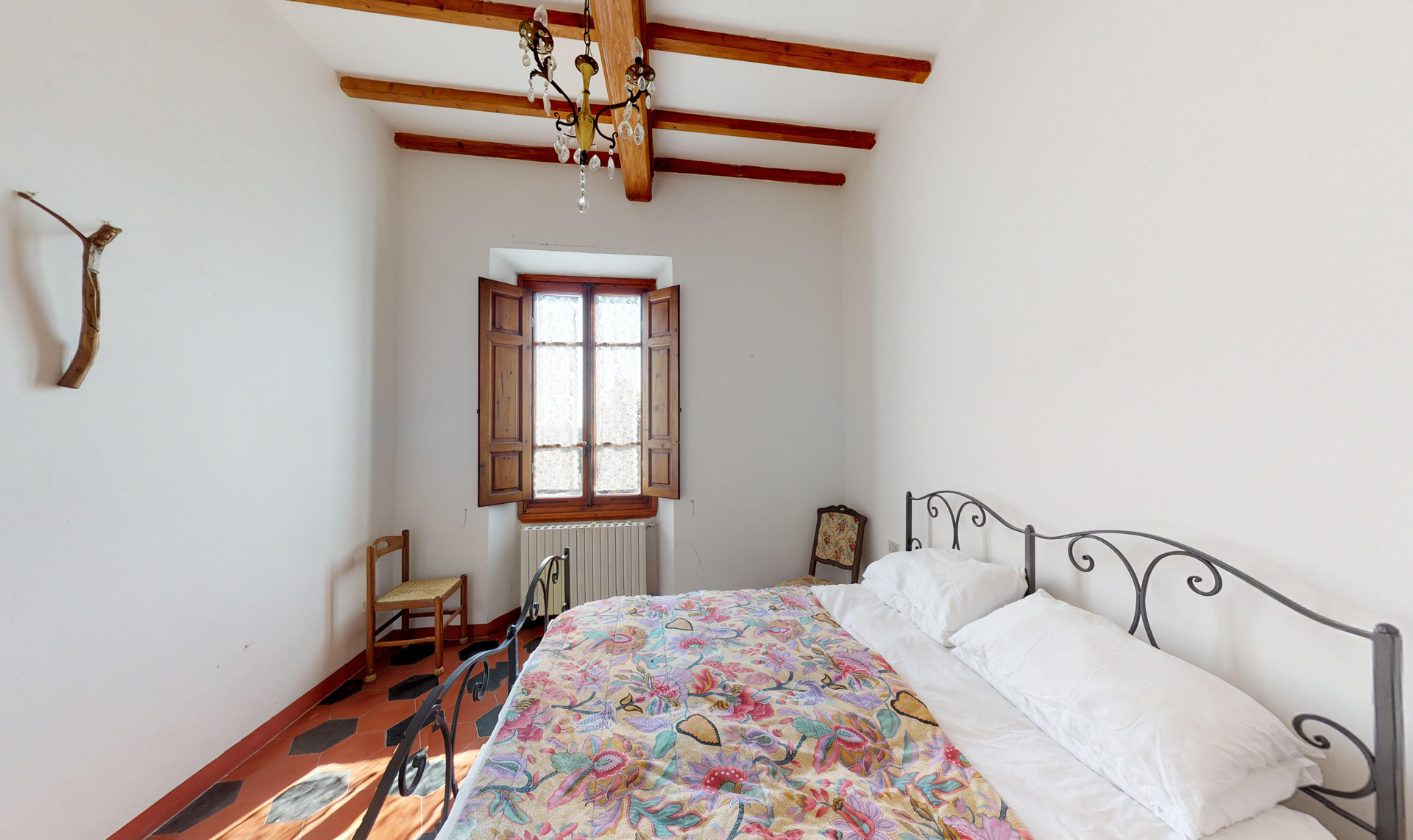 Villa Cicogna king bedroom with beamed ceiling and whitewashed walls
